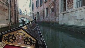 VENEDIG, ITALIEN - 19. JUNI 2016: Reiten auf Gondel auf schmale Kanäle von Venedig stock footage