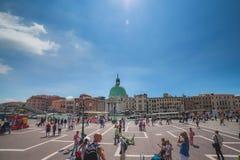 VENEDIG ITALIEN - JUNI 15, 2016 sikt till Grand Canal från den Santa Luchia järnvägsstationen royaltyfri bild