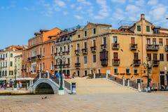 Venedig, Italien - 28. Juni 2014: Touristen, die auf einen Sommermorgen auf den Straßen von Venedig gehen Stockbild