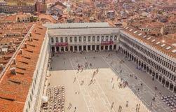 Venedig, Italien - 27. Juni 2014: Touristen, die auf St Mark Quadrat (Marktplatz San Marco) gehen - Vogelschau von St Mark Campan Stockfotografie
