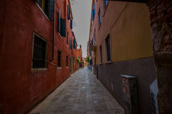 VENEDIG ITALIEN - JUNI 18, 2015: Venedig smala gator i en pinturesqueneigborhood, ingen på sikten Royaltyfri Fotografi