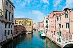 Venedig, Italien - Kanal, Boote und Häuser Lizenzfreie Stockbilder
