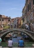 Venedig, Italien - Leute durch den Kanal lizenzfreie stockfotografie