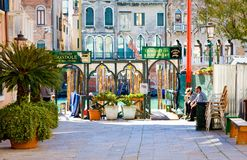 VENEDIG, ITALIEN - 28. MÄRZ: Gondolieri stehen auf Station Traghetto 28,2015 im März in Venedig, Italien still Beruf des Gondolie Lizenzfreie Stockfotografie