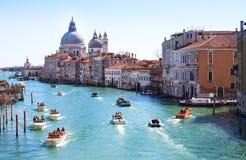 VENEDIG, ITALIEN - MÄRZ 28,2015: Kanal groß in Venedig, Italien, wie vom ` Accademia gesehen Ponte-engen Tals Stockfotografie