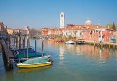VENEDIG, ITALIEN - 14. MÄRZ 2014: Kanal und Islad und Kirche San Pietro di Castello Stockfoto