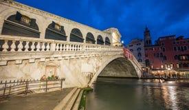 VENEDIG, ITALIEN - 23. MÄRZ 2014: Rialto-Brücke bei Sonnenuntergang mit touri Stockfotos