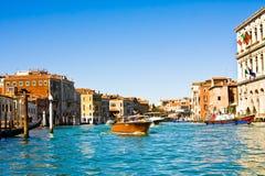 VENEDIG, ITALIEN - 28. MÄRZ 2015: Schiffe und Boote mit Touristen auf Grand Canal, Veni Jedes Jahr 20 Million Touristenbesuch Ven Lizenzfreie Stockfotos