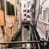 Venedig, Italien - 11. März 2012: Typische Gondel mit Gondoliererudersport entlang einem schmalen Kanal in Venedig stockfoto