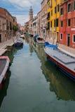 VENEDIG, ITALIEN - 16. MAI 2010: Boote an einem Kanal in Venedig, Italien Stockfotografie