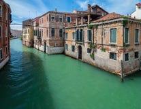 VENEDIG, ITALIEN - 16. MAI 2010: Ein Kanal in Venedig, Italien Lizenzfreies Stockbild