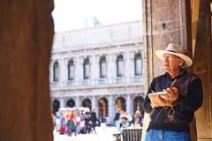 VENEDIG, ITALIEN - 17. MAI 2014: Ein Maler zeichnet bei San Marco Lizenzfreie Stockbilder