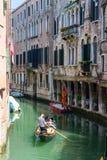 VENEDIG, ITALIEN - 23. Mai 2016: Gondoliere mit Passagieren auf der Gondel, die Reise durch schönes und buntes Venedig macht Vene Lizenzfreies Stockfoto