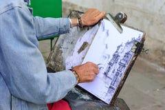 VENEDIG, ITALIEN - MAI 2017: Hände eines alten Künstlers Types von Veni Lizenzfreie Stockfotos