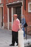 Venedig, Italien - Mai 2016: Lokaler Bürger in den hellen roten und weißen Streifen der Abnutzung und des Hutes Straße von Venedi stockfotos