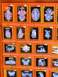 Venedig, Italien - 10. Mai 2014: Verschiedene Arten von Spitzeen im Verkauf in einem Straßenshop in Burano-Insel, Venedig, Italie Lizenzfreies Stockbild