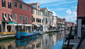 VENEDIG, ITALIEN - 17. MAI 2010: Windows und Straßenlaterne bei Murano, Venedig, Italien Lizenzfreie Stockbilder