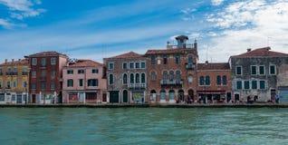 VENEDIG ITALIEN - MAJ 16, 2010: Byggnader på invallningen Royaltyfri Foto