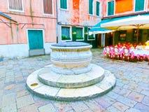 Venedig Italien - Maj 04, 2017: Den tomma gatan med kafét i Venedig, Italien Royaltyfria Bilder