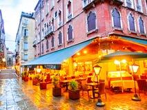Venedig Italien - Maj 04, 2017: Den tomma gatan med kafét i Venedig, Italien Royaltyfri Foto
