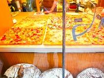 Venedig Italien - Maj 04, 2017: Folk som lagar mat pizza på Maj 02 2011 i Venedig, Italien Arkivbilder