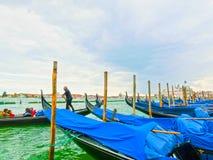 Venedig Italien - Maj 04, 2017: gondolen seglar ner kanalen i Venedig, Italien Gondolen är en traditionell transport in Royaltyfria Foton