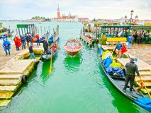 Venedig Italien - Maj 04, 2017: gondolen seglar ner kanalen i Venedig, Italien Gondolen är en traditionell transport in Arkivbilder