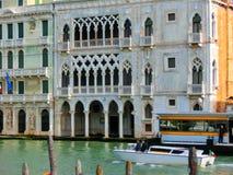 Venedig Italien - Maj 01, 2014: Härlig sikt från den storslagna kanalen på färgrika fasader Royaltyfri Bild