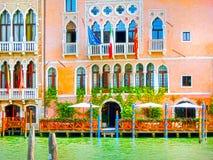 Venedig Italien - Maj 01, 2014: Härlig sikt från den storslagna kanalen på färgrika fasader Royaltyfri Fotografi