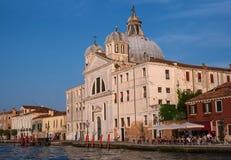 Venedig Italien - 08 Maj 2018: Kyrka av Santa Maria Della Presentazione Till rätten och till det vänstert av kyrkan var Arkivbilder
