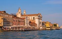 Venedig Italien - 08 Maj 2018: Kyrkliga Santa Maria del Rosario i Venedig, Italien I förgrunden är en gatarestaurang Royaltyfri Bild