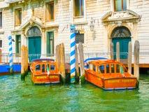 Venedig Italien - Maj 10, 2014: Retro brunt taxifartyg på vatten i Venedig Royaltyfri Fotografi