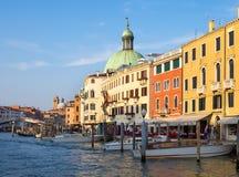 Venedig Italien - 19 Maj 2105: Sikt av Grand Canal och buildi Royaltyfria Bilder