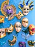 Venedig Italien - Maj 10, 2014: Venetian karnevalmaskeringar, souvenir shoppar på en gata Arkivbilder