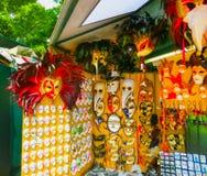 Venedig Italien - Maj 10, 2014: Venetian karnevalmaskeringar, souvenir shoppar på en gata Royaltyfria Foton