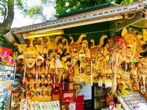 Venedig Italien - Maj 10, 2014: Venetian karnevalmaskeringar, souvenir shoppar på en gata Arkivfoto
