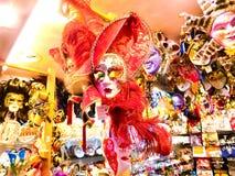 Venedig Italien - Maj 10, 2014: Venetian karnevalmaskeringar, souvenir shoppar på en gata Royaltyfri Fotografi