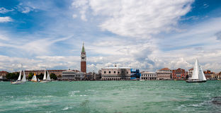 VENEDIG ITALIEN - MAJ 16, 2010: Yachter nära San Marco Royaltyfria Bilder