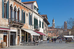 VENEDIG ITALIEN - MARS 12, 2014: Campo Francesco Moresini fyrkant Arkivbild