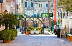VENEDIG ITALIEN - MARS 28: Gondoljärer vilar på stationen Traghetto på mars 28,2015 i Venedig, Italien Yrket av gondoljären är co Royaltyfri Fotografi