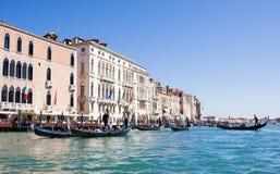VENEDIG ITALIEN - MARS 28,2015: Gondols på Grand Canal i Italien på mars 28, 2015 i Venedig, Italien arkivfoton
