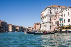 VENEDIG ITALIEN - MARS 28,2015: Gondols på Grand Canal i Italien på mars 28, 2015 i Venedig, Italien arkivbilder