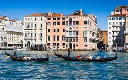 VENEDIG ITALIEN - MARS 28,2015: Gondols på Grand Canal i Italien på mars 28, 2015 i Venedig arkivbilder
