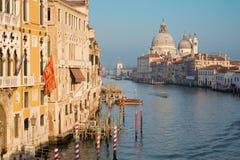 VENEDIG ITALIEN - MARS 14, 2014: Kanal som är stor i aftonljus från Ponte Accademia royaltyfri bild