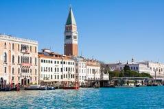 VENEDIG ITALIEN - MARS 28,2015: Sikt av slotten och campanilen för doge` s på Piazza di San Marco, Venedig, Italien royaltyfri bild