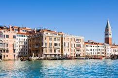 VENEDIG ITALIEN - MARS 28,2015: Sikt av slotten och campanilen för doge` s på Piazza di San Marco, Venedig, Italien arkivfoto