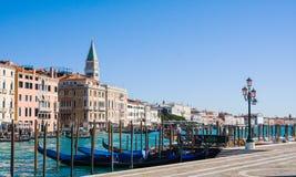 VENEDIG ITALIEN - MARS 28,2015: Station för gondol` s på den stora kanalen i Venedig arkivfoto