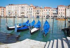 VENEDIG ITALIEN - MARS 13, 2014: Stor kanal och gondoler för kyrkliga Santa Maria della Salute Arkivfoton