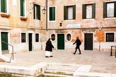 Venedig Italien - mars 11, 2012: Två kvinnor som går på den forntida gatan i Venedig arkivfoto