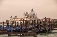 Venedig Italien med parkerade gondoler Royaltyfria Foton